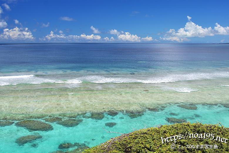 青い海と打ち寄せる波