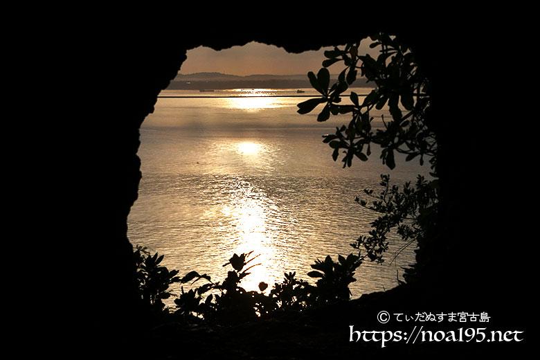 洞窟から見る黄金色の海と光の道-牧山陣地壕