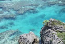 断崖の下のエメラルドの海
