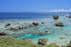 奇岩の転がる海