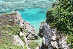 断崖の下のエメラルド色の海