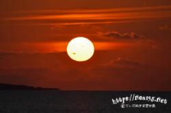 赤く染まる空に浮かぶまん丸な太陽