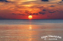 燃える雲と水平線に浮かぶ太陽