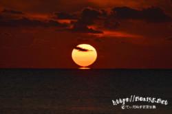 水平線に着水する太陽