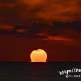 水平線に溶けていく太陽