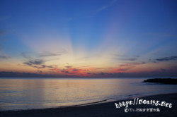 日没後に水平線から広がる光