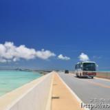 伊良部大橋を渡る共和バス