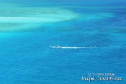 青い海を行く漁船