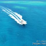 青い海を疾走するボート