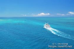 沖へ向かう船