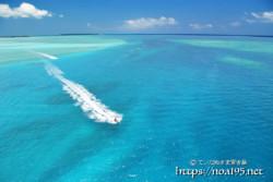 サンゴ礁の青い海とジェットスキー