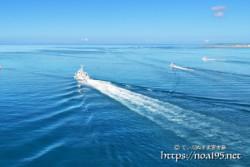 競うように沖へ向かうボート