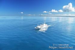 鏡のような青い海とクルーズ船