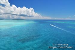 青い海を走るボート