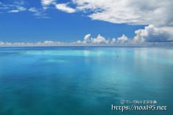鏡のような青い海