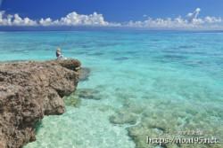 釣り人と青い海