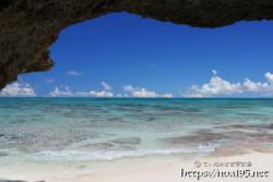 洞窟から見るサンゴ礁の海