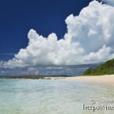 ビーチに迫る入道雲