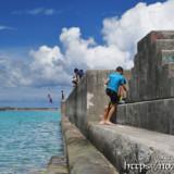 防波堤からジャンプ