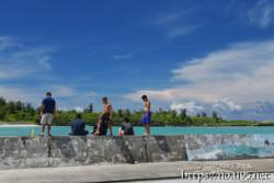 防波堤で遊ぶ子供たち
