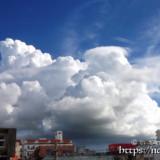 街を覆う巨大な入道雲