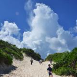 砂丘の先の入道雲