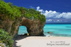 風洞と青い海-砂山ビーチ-