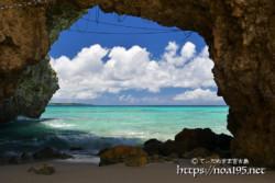風洞から見る青い海-砂山ビーチ-
