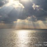 海に降り注ぐ光のシャワー
