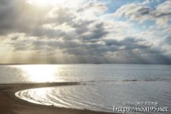 砂浜に降り注ぐ光のシャワー
