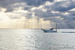光のシャワーと漁船