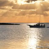 天使のはしごと漁船