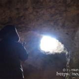 洞窟に開いた窓から射し込む光-牧山陣地壕