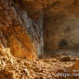 洞窟を赤く染める朝日-牧山陣地壕