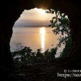 洞窟から見る朝日と光の道-牧山陣地壕