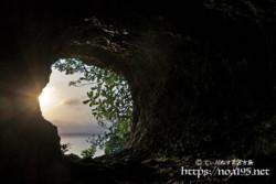 洞窟に射し込む朝日-牧山陣地壕