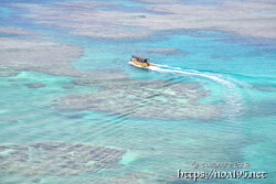 サンゴ礁の海を走るボート-三角点より-