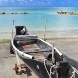 木造の古いサバニと青い海