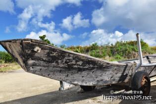 陸に揚げられた古いサバニ