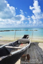 古いサバニと青い海