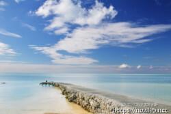 青い海へ伸びる防波堤