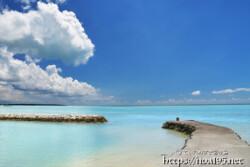 古い漁港と青い海