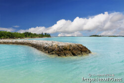 青い海に突き出た防波堤