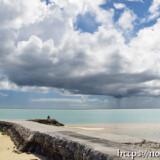 防波堤と雨を降らせる入道雲