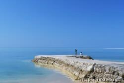 べた凪の海と防波堤
