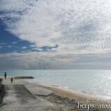 防波堤の先に広がるうろこ雲