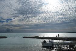 古い漁港の上に広がるうろこ雲