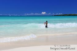 波と戯れる親子-渡口の浜-