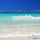 波しぶきをあげて打ち寄せる波-渡口の浜-