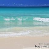 砂浜に打ち寄せる青い波-渡口の浜-